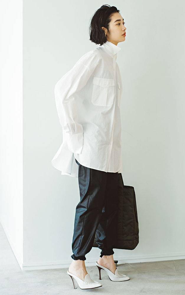 白シャツに黒のパンツを合わせた