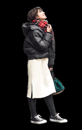 黒のダウンジャケットと白スカー