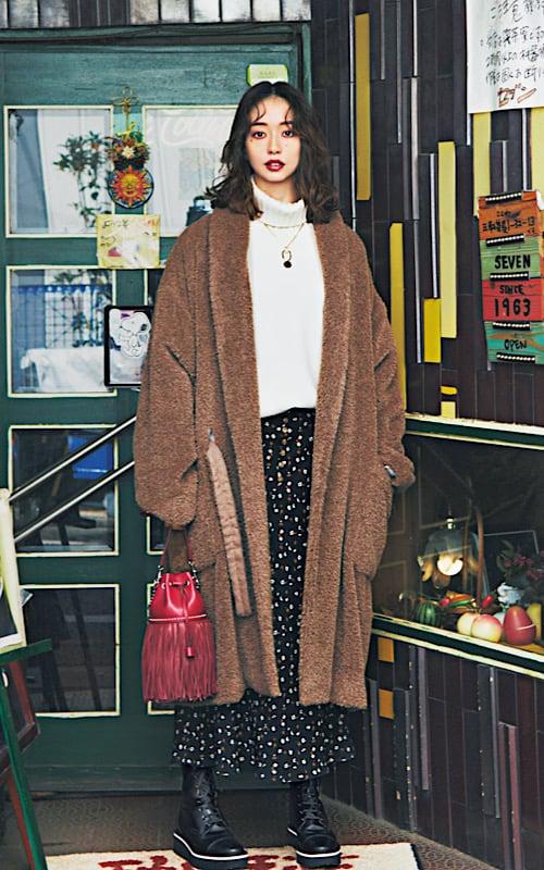 [白ニット×ブラウンボアコート]で冬らしい素材感のあったかコーデに女っぽい花柄のスカートには、あえてゴツめブーツを合わせて。一見ハードに見えても、スカートに合わせるとちょうどいいバランス。トップスは白ニットで、顔まわりを明るく柔らかい雰囲気に。「カッコいいスカート」の着こなしできてる?