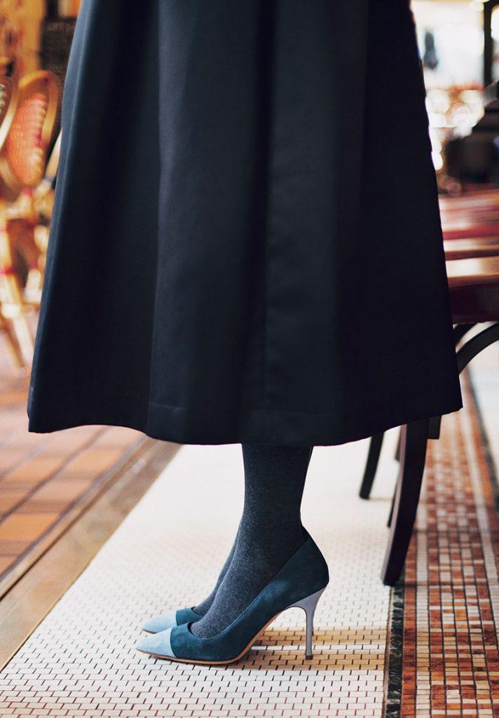 ミモレ丈のふんわりスカートを絶品パンプスでエレガントに昇華 ツインニットを合わせたスカート派の最愛コーデ。パンプスを合わせれば、背筋もスッと伸びるし、いつもより表情も優しく。無難とは一線を画す、上品な余韻を残して。パンプス¥105,000(マノロ ブラニク/ブルーベル・ジャパン)ニット¥34,000カーディガン¥39,000(ともにスローン)スカート¥29,000(ツル バイ マリコ オイカワ)バッグ¥358,000(ヴァレクストラ/ヴァレクストラ・ジャパン)ピアス¥183,000(ウノアエレ/ウノアエレ ジャパン)バングル¥61,000(シンパシー オブソウル スタイル/フラッパーズ)タイツスタイリスト私物