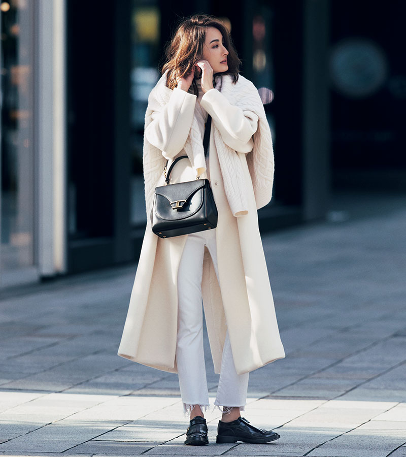ホワイトデニムをベースに据えてハンサムリッチに着る冬の白 濁りのないデニムの白、やや黄味がかったニットとコート…素材感はもちろん色味にも変化をもたせて暖かみを意識して、小物は黒を。コート¥75,000(ウィム ガゼット/ウィム ガゼット ルミネ新宿店)ニット¥48,000(J&M デヴィッドソン/J&M デヴィッドソン 青山店)パンツ¥27,000(マザー/サザビーリーグ)肩にかけたニット¥26,000(ユナイテッドアローズ/ユナイテッドアローズ 青山 ウィメンズストア)バッグ¥240,000シューズ¥83,000(ともにトッズ/トッズ・ジャパン)ピアス¥25,037ネックレス¥6,382(ともにアビステ)
