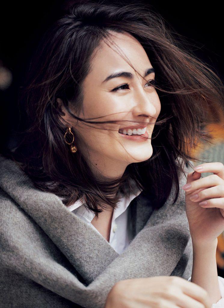 上品な陰影のある肌と風になびくヘアでヘルシーに ウエット仕上げのヘアや、トレンドカラーのポイントメークも知っている。そのうえでシーンに合わせた自分を表現するのが、キレイめカジュアルデーのルールです。シャツ¥21,000(エーピー ストゥディオ/エーピー ストゥディオ ニュウマン シンジュク)ストール¥49,000(ア ソース メレ/フレームワーク ルミネ新宿店)ピアス¥9,000(シャイラ/エリオポール代官山)