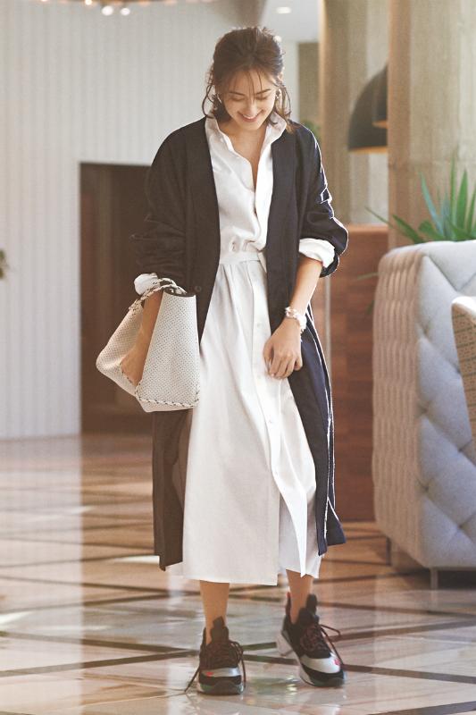 白のシャツワンピ×ロングカーデ