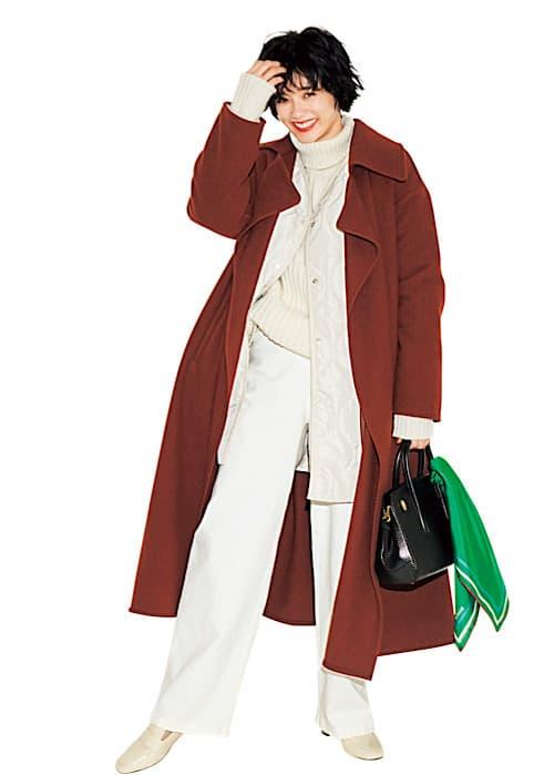 ブラウンコートのインナーは、白