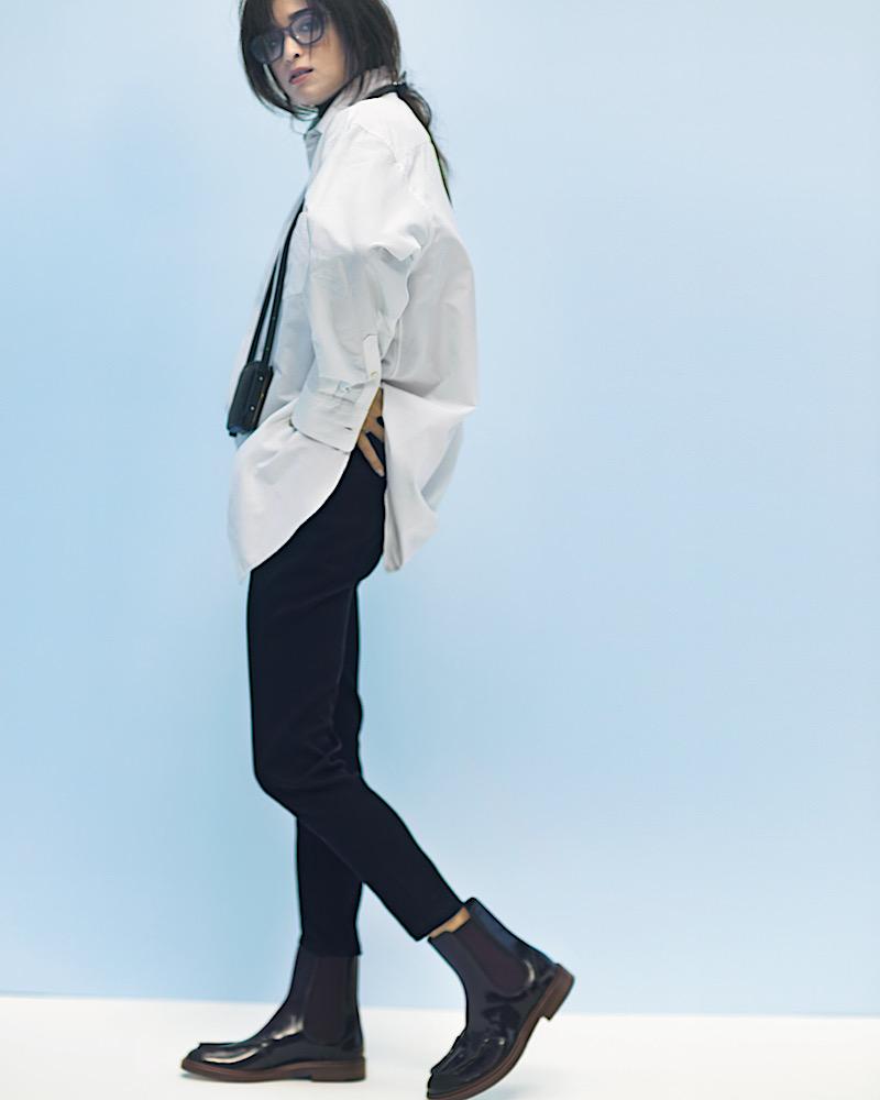 オーバーサイズの白シャツに、黒