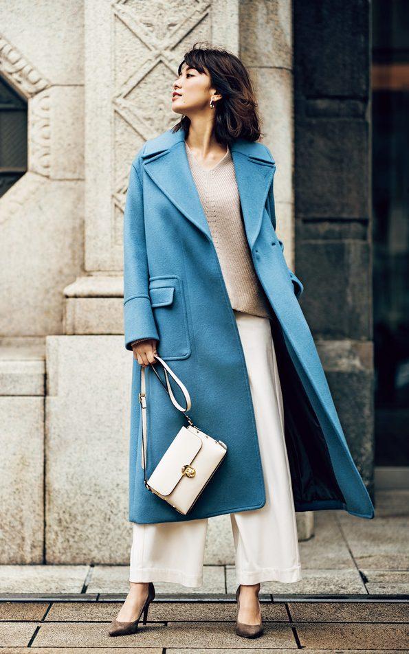 鮮やかブルーのチェスターコート