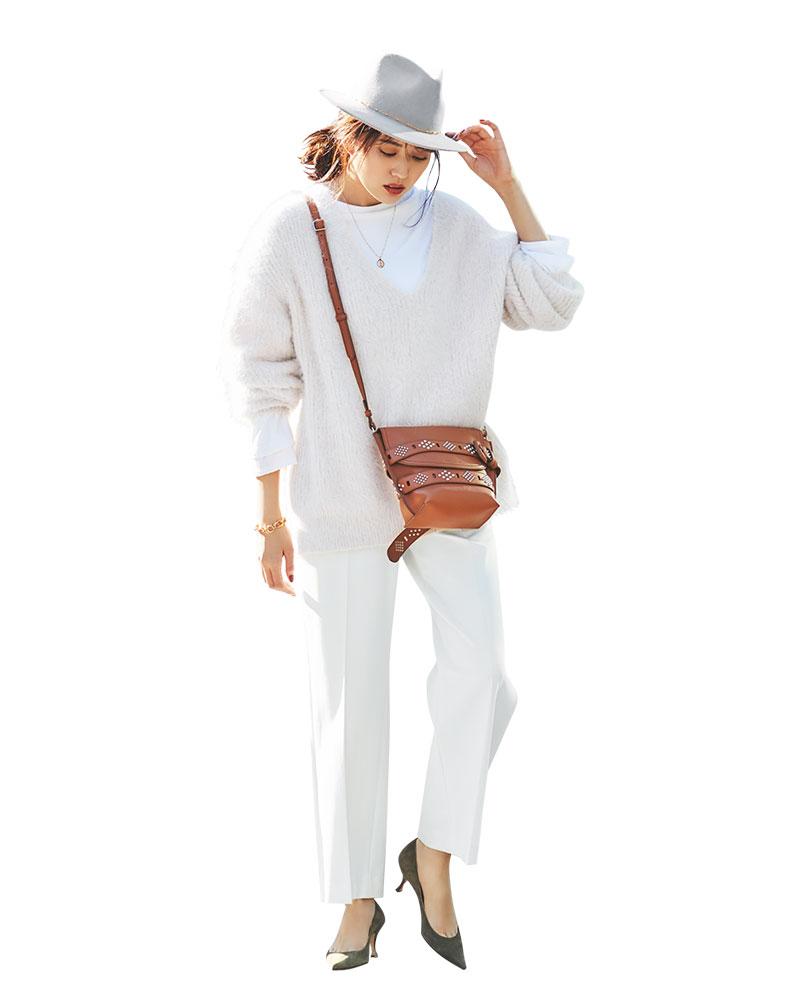 定番の白パンツに白のロンTとニ
