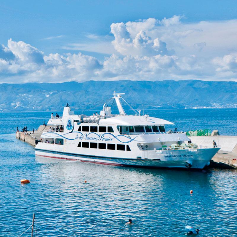 富士急マリンリゾートの船イルドバカンスプレミア。甲板から望む熱海の街が美しい