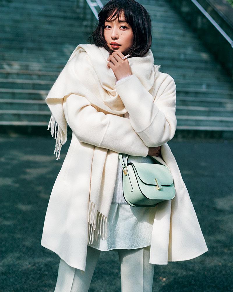 冬の街角に映える、「白」が織り
