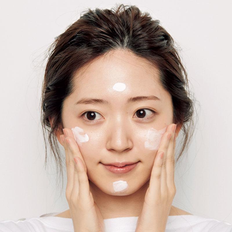 1.Aのピンクの艶の出る下地をパール一粒分出し、額、両頬、顎先に。その後、内から外に向かって全顔にのばして。
