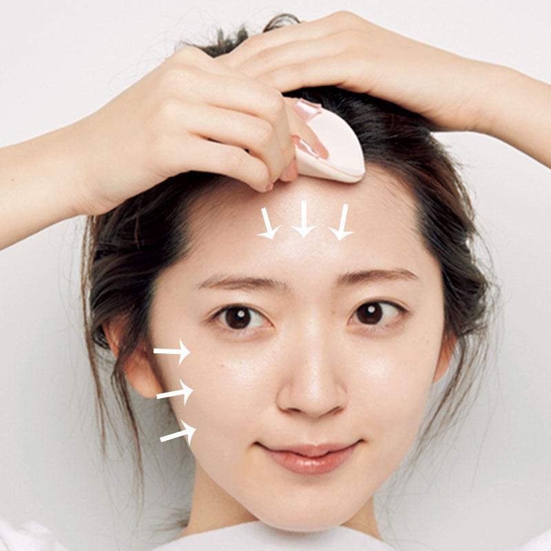 3.Cを顔全体にのせます。顔のエラを起点に内側に向かってつけていくのがポイント。髪の生え際までしっかりとのせて。