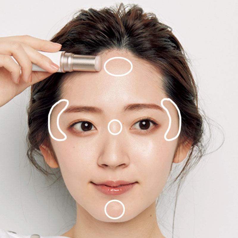 15.Lを鼻の付け根とCゾーン、額の上部、顎先にのせます。骨が出ている部分にのせることで、顔に丸さと立体感が。