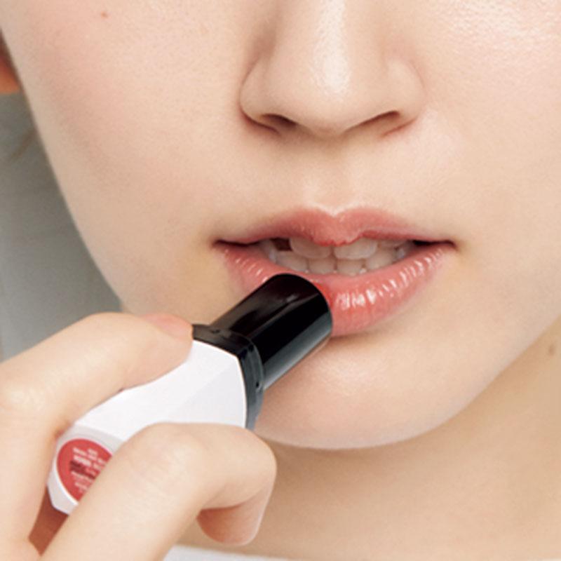 16.最後にMを唇全体にのせます。唇の中央、内側から外側に広げるように塗ることで、ぽってりとした色っぽい唇を演出。