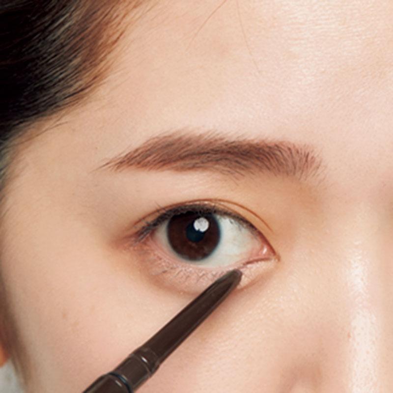 5.下まぶたの目頭の粘膜にCの赤茶のアイラインを。目頭に深みが加わり、淡いブラウンのアイシャドウでも目ヂカラが。