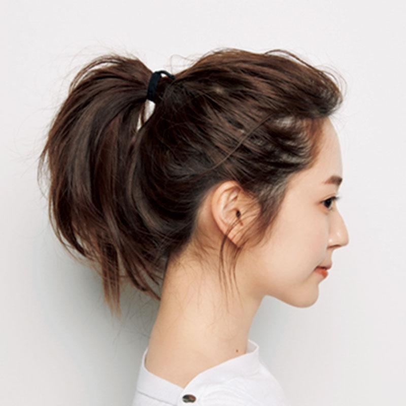 2.次に髪全体にブラシで逆毛を立てます。その後、ポニーテールをトップよりやや下につくります。手ぐしでざっくりと行って。