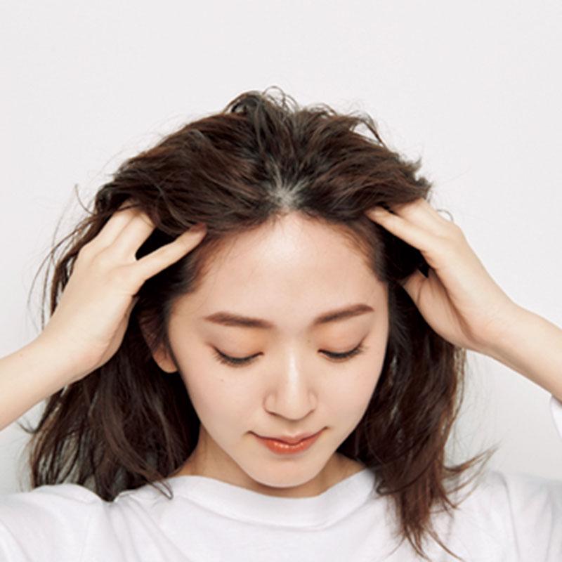 1.まずはAのムースを髪全体につけます。つけむらがないよう、しっかりと!髪の根元にもきちんとつけていきましょう。