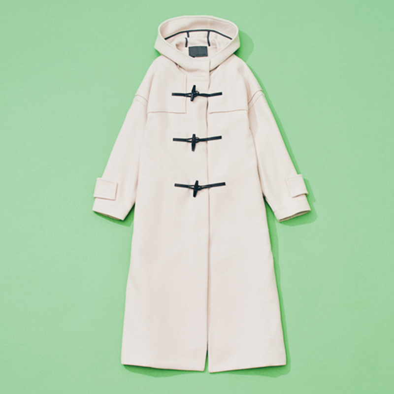 uncraveのダッフルコート ロング丈のダッフルコートは、顔色が明るくなりそうなホワイトを。白コートは甘いイメージが強くて苦手意識があったのですが、ダッフルなら品のいいカジュアル感が出せてデイリー使いもしやすいです。(編集 / 前田章子)