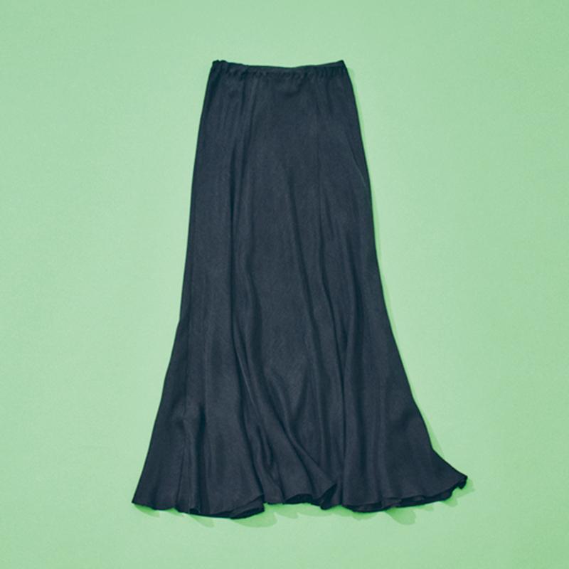 Plageのスカート 365日スカート派で、今季はPlageから定番で出ているマーメイドスカートが仲間入り。ドレッシーすぎずカジュアルにはけるマットな質感、ヒラヒラ揺れる裾に惹かれました。ゆるニットとの相性も◎。(編集 / 月田彩子)
