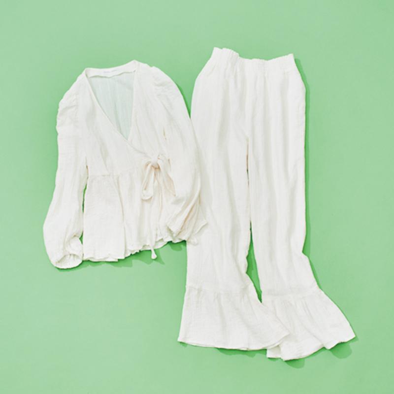 SNIDEL HOMEのルームウェア スナイデルから生まれた新ブランドの、ちょっと素敵なおうち時間を叶えてくれるカシュクールのセットアップ。アルガンオイルが配合されたオーガニックコットンガーゼのしっとりとした肌触りも最高です。(ライター / 濱口眞夕子さん)