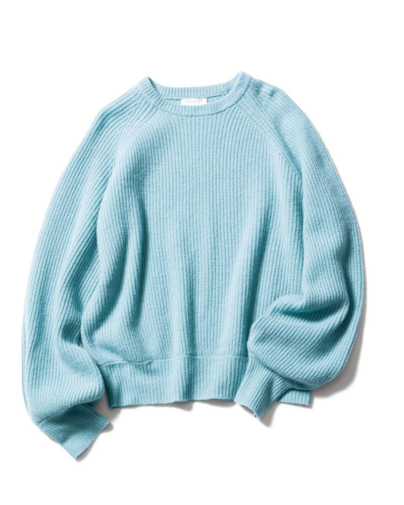 着るだけで女性らしく華やかな印象に見せてくれる、丸みをおびた袖がポイント。店頭での人気も高く、2色買いをされる方も多いです。(福田恵理さん)ニット¥36,000(デミリー/サザビーリーグ)