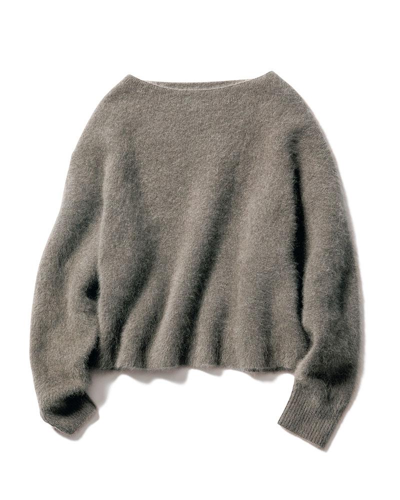 ファーニットならではの軽さと起毛感、上質な膨らみが特徴。一枚で着たり裾からのレイヤードも楽しめる着丈で毎シーズン好評です。(島村優子さん)ニット¥8,000(アパートバイローリーズ/アダストリア)