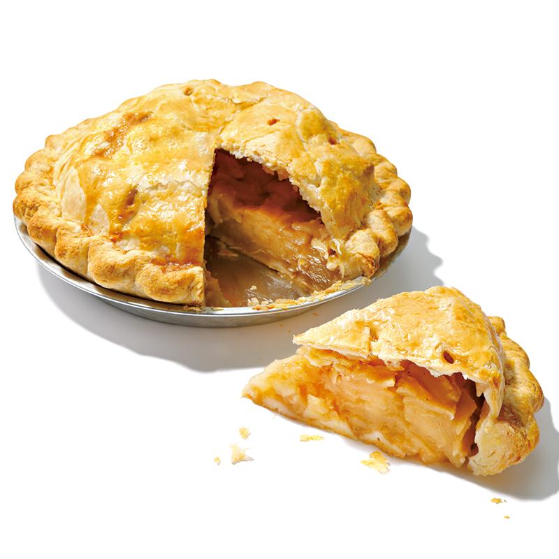 【激レア】 松之助の「ビッグアップルパイ」 なかなか出合えない、素朴で甘酸っぱいアップルパイ。海外で暮らしていた友人への手土産にも好評です 手作りの温かみが溢れる、アメリカンスタイルのアップルパイやケーキ、焼き菓子が並ぶ「松之助」で、秋冬のお楽しみとして登場する一品。旬の紅玉をたっぷり、生のままパイ生地に包んで焼き上げているので、瑞々しい甘酸っぱさがストレートに味わえます。りんごの風味を引き立てるシナモンとナツメグもいいアクセント。温めてバニラアイスを添えていただくのがおすすめ。ホール直径24㎝¥6,500(税込み) ●MATSUNOSUKE NY 東京都渋谷区猿楽町29-9 ヒルサイドテラスD-11 03-5728-3868 【営業時間】9:00~18:00  【定休日】月曜(祝日の場合は営業、翌火曜が休み) ※ビッグアップルパイは10月~3月の期間限定販売。地方発送あり。 https://matsunosukepie.com/