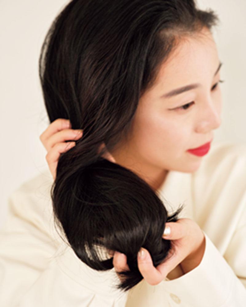 3.髪のパラつきを抑えるためにワックスを全体につけます。下からもみ込むようにつけて。