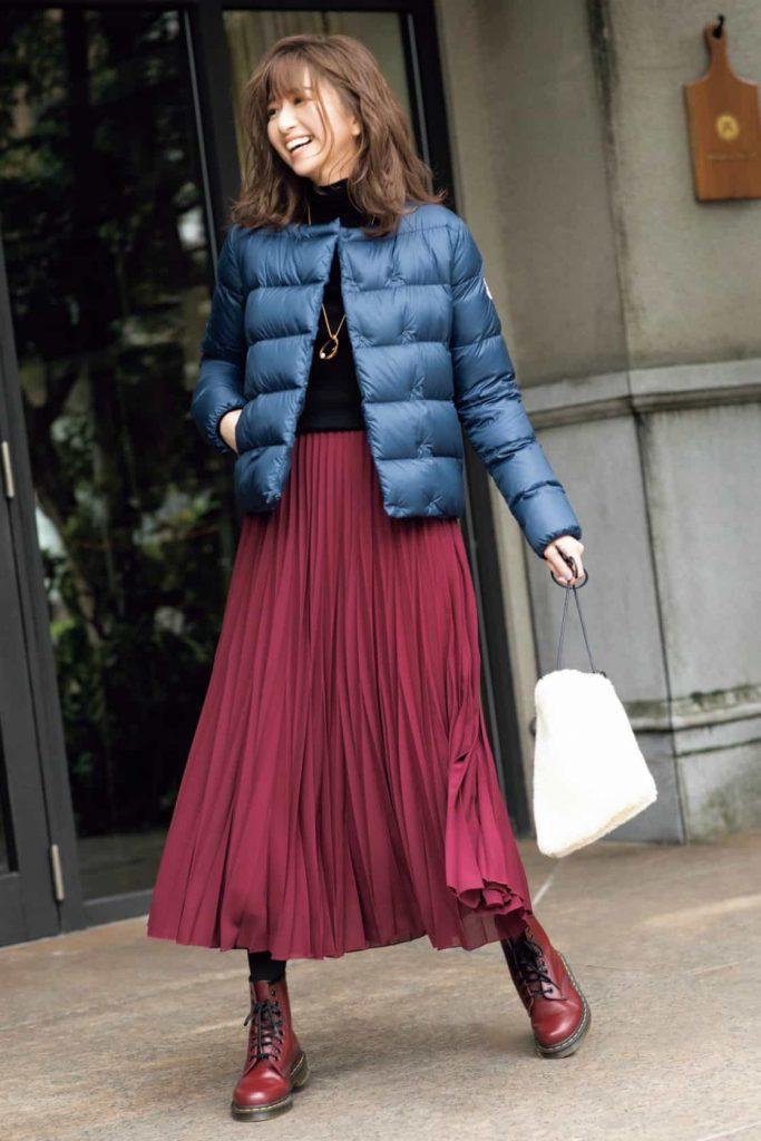 深い赤のプリーツスカートには、