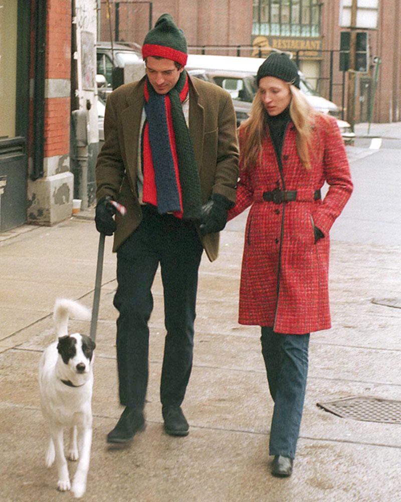 デニムと黒タートルに赤コート を効かせて。小物は黒でまとめ て、主役はコートだけに絞り都 会的に。