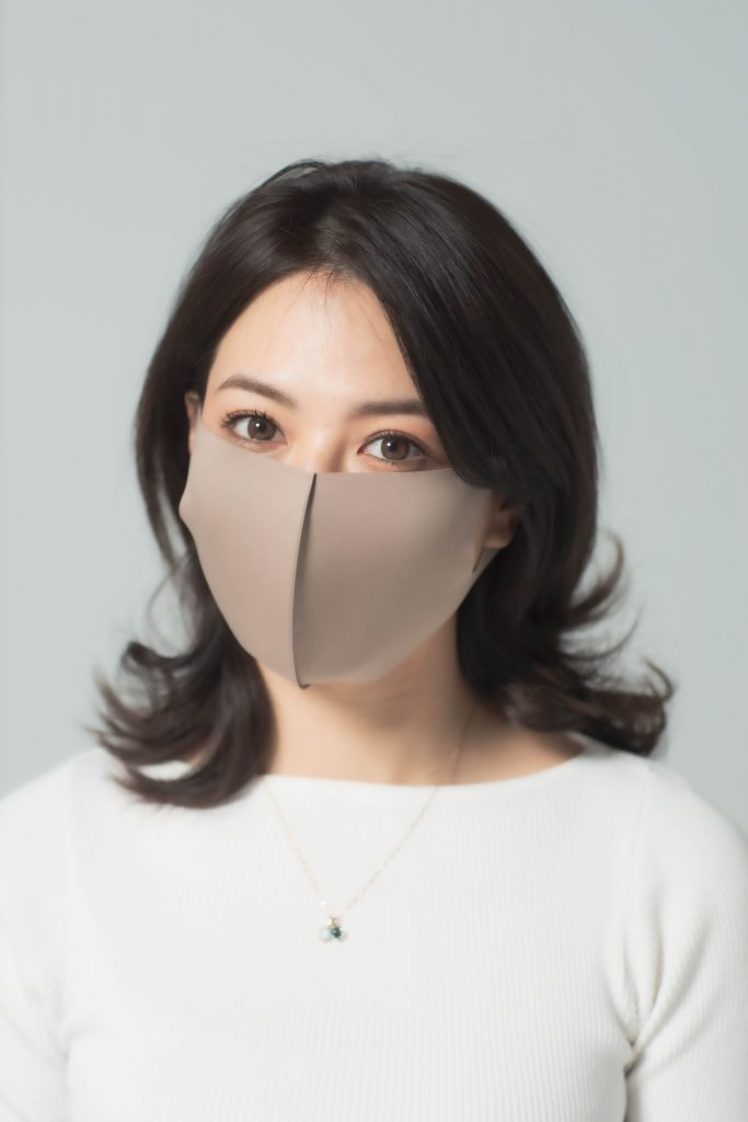 「マスクは明るい色なら、肌が明