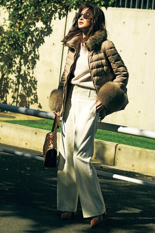 冬の定番ダウンジャケットに白の