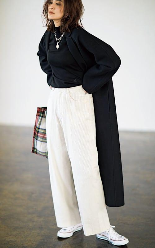 黒のロングコートに白のワイドパ