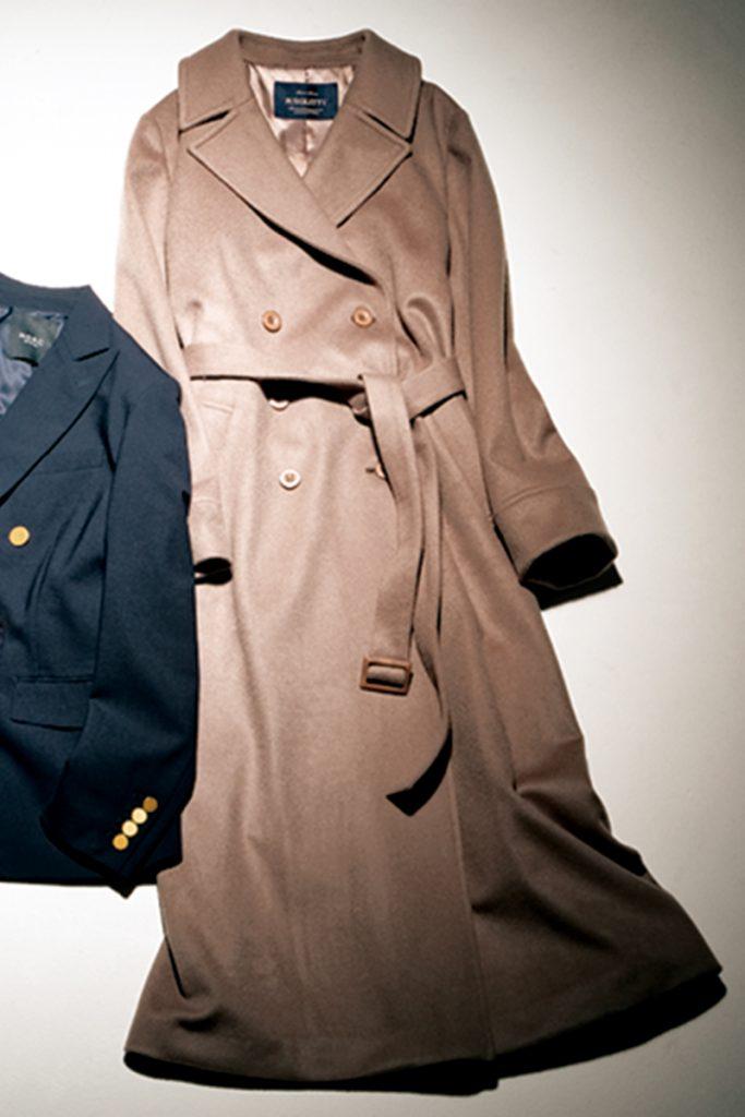 ガウンコート メンズライクなデザインではなく、女性らしいベルト付きのコートであくまでレディに。ガウンコート¥49,000(ジャスグリッティー)