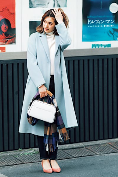 淡いブルーのチェスターコートを