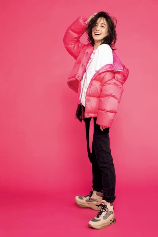 ピンクのダウンジャケットを主役