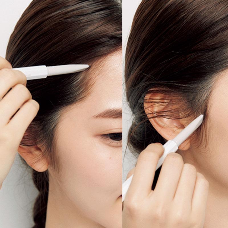 2.次にもみあげと額の生え際の産毛を描き足します。同じくAの眉ペンシルで行って。ここを足すことで、若々しい印象に。