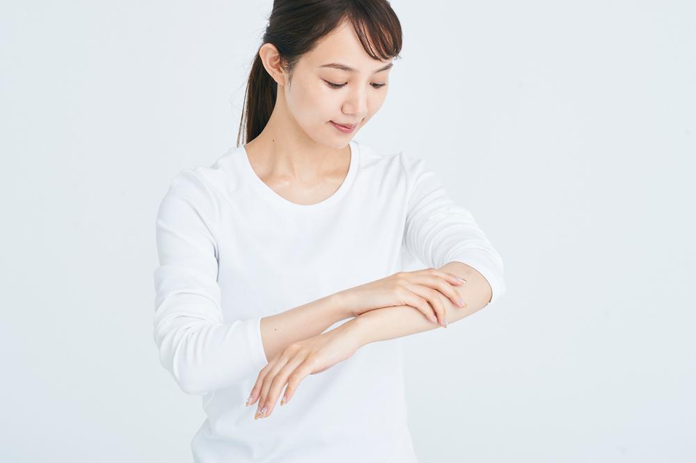 [右から]ヒト幹細胞培養液を肌