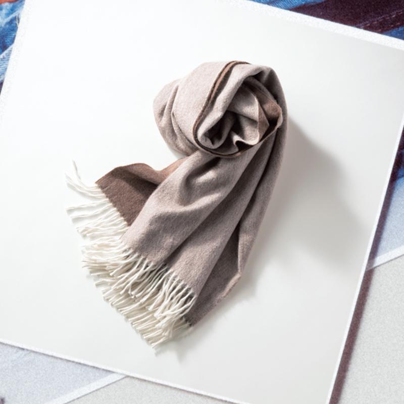Begg × Coのストール 基本はベージュでもフリンジだけが白なので、甘め好きとしてはそのさりげなさに胸キュン。暖かいのに驚くほど滑らかな手触り。リバーシブルカラーになっているから、サッと巻くだけでサマになるのも気に入っています。(編集/小林麻衣子)