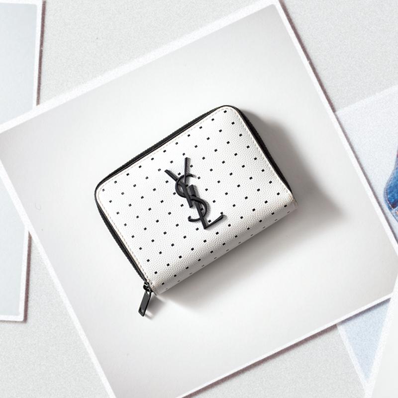 SAINT LAURENTの財布 モノトーン、ドット、ロゴと、自分が無性に好きな要素が詰まっていて、お店の方に見せてもらうなり迷わず決めました。よく見るとドットも四角で革にもこだわりが。シーズン限定品ということにも心くすぐられました。(ライター/伊藤綾香さん)