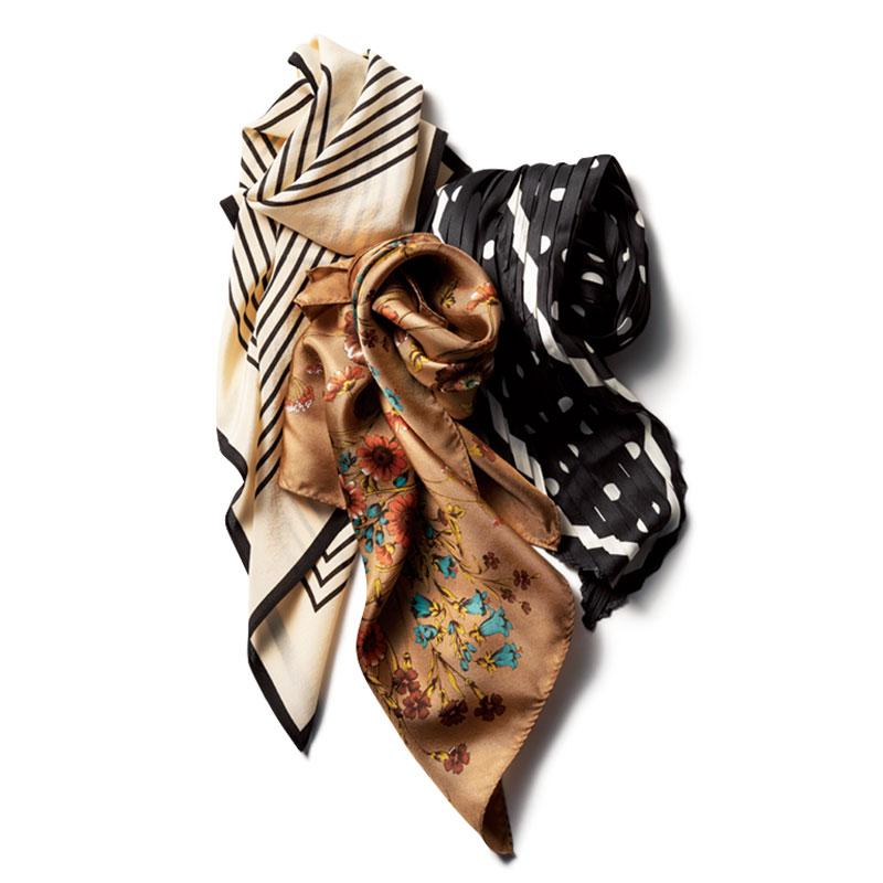 上から時計まわりに、スカーフ〈H51×W51〉¥3,490(バナナ・リパブリック)ドットスカーフ〈H32×W102〉¥1,600(OSEWAYA)花柄スカーフ〈H53×W53〉¥5,400(カカトゥ/アンビリオン)
