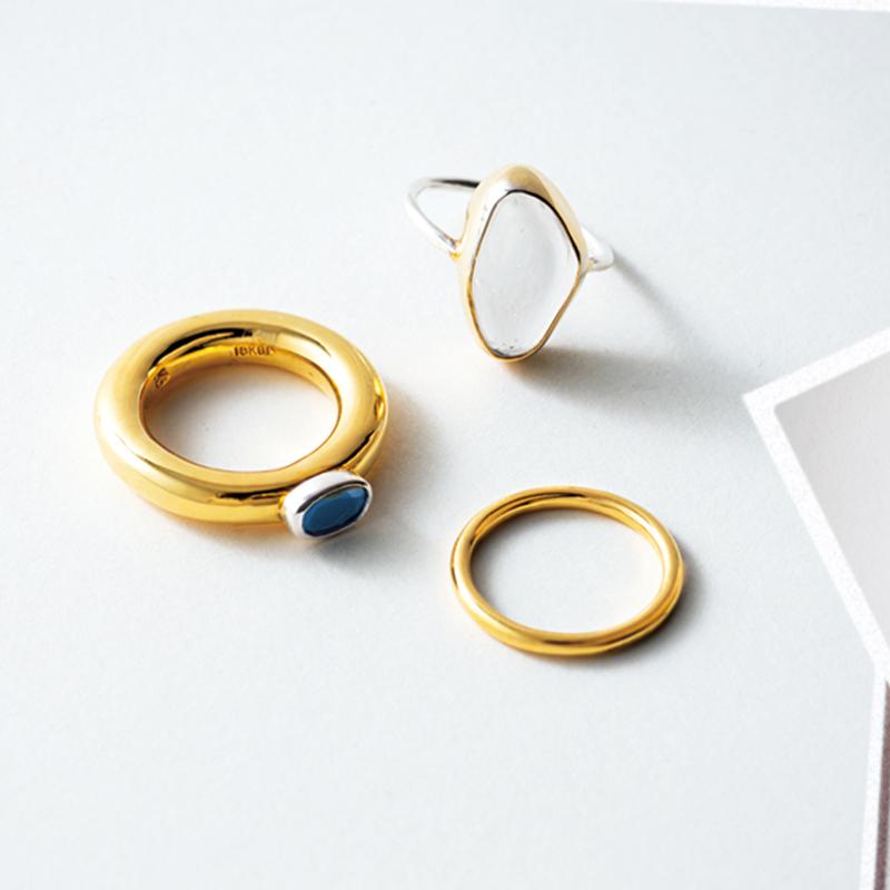PORTE BONHEURのリング 量産型ではなく、金属の加工からすべて手作業でオーダーから2カ月待ち。デザイナーさんのこだわりを感じられます。シンプルだけどモード感もありカッコよくつけられるところが好み。水晶のリングが特にお気に入り♡(ライター/野田春香さん)