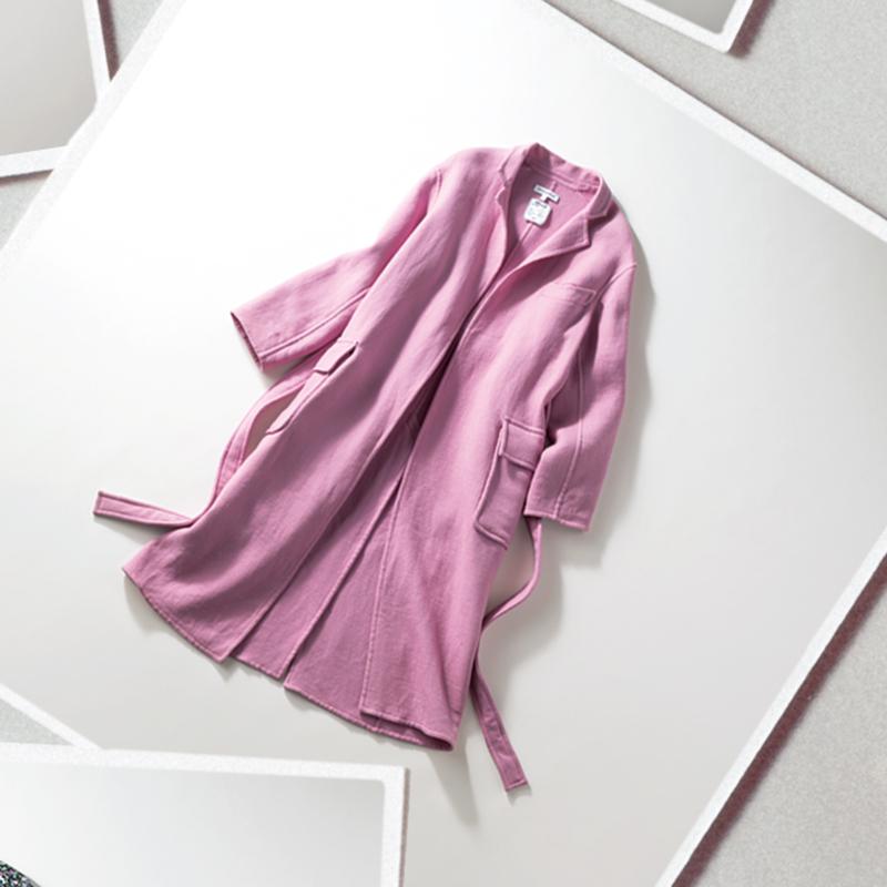 MADISONBLUEのコート 淡いけれど甘さがほどよいピンクがお気に入り。重ね着もしやすい一枚仕立てで、さらりと着てもキレイな形。かっちりしすぎない素材も気に入っています。あえてベルトは締めず、カジュアルに羽織っています。(スタイリスト/三好 彩さん)