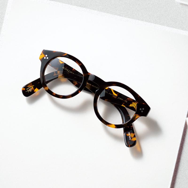 MOSCOTのメガネ スタイリストの斉藤美恵さんがよく使われるメガネ。美恵さんのスタイリングはもちろん、ご本人の私服やファッションへの向き合い方も素敵で憧れの存在。少しだけ美恵さんに近づける気がして自己肯定感もあがりそうです。(ライター/坂本結香さん)