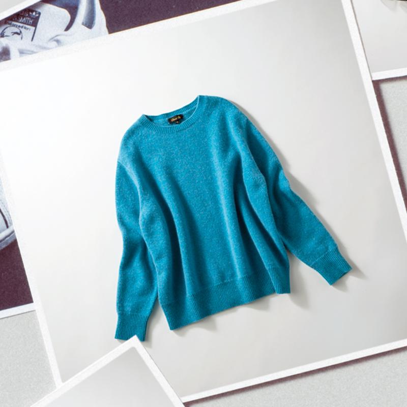 DRAWERのカシミアニット 普段派手な色はあまり着ないのですが、この鮮やかでアッシュなブルーには一目惚れ。ざっくりしているのにカジュアルすぎないのが丁度いい。キレイめにも着られるシンプルなデザイン、カシミア100%の手触りのよさも好きです。(スタイリスト/荒木里実さん)