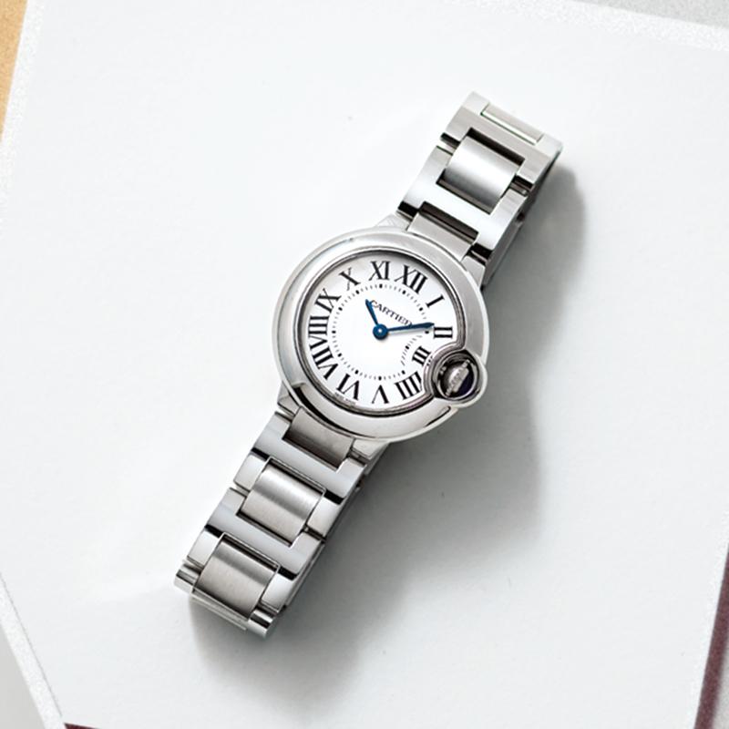 Cartierの腕時計 最初はタンクを買うつもりでいたけれど、つけてみたら素敵なのになぜか決めきれず、迷いだしてしまい…。試しにバロンブルーをつけてみたら、「こっちだ!」とビビッときました。予算はあがったけれど後悔していません。(編集/本間万里子)