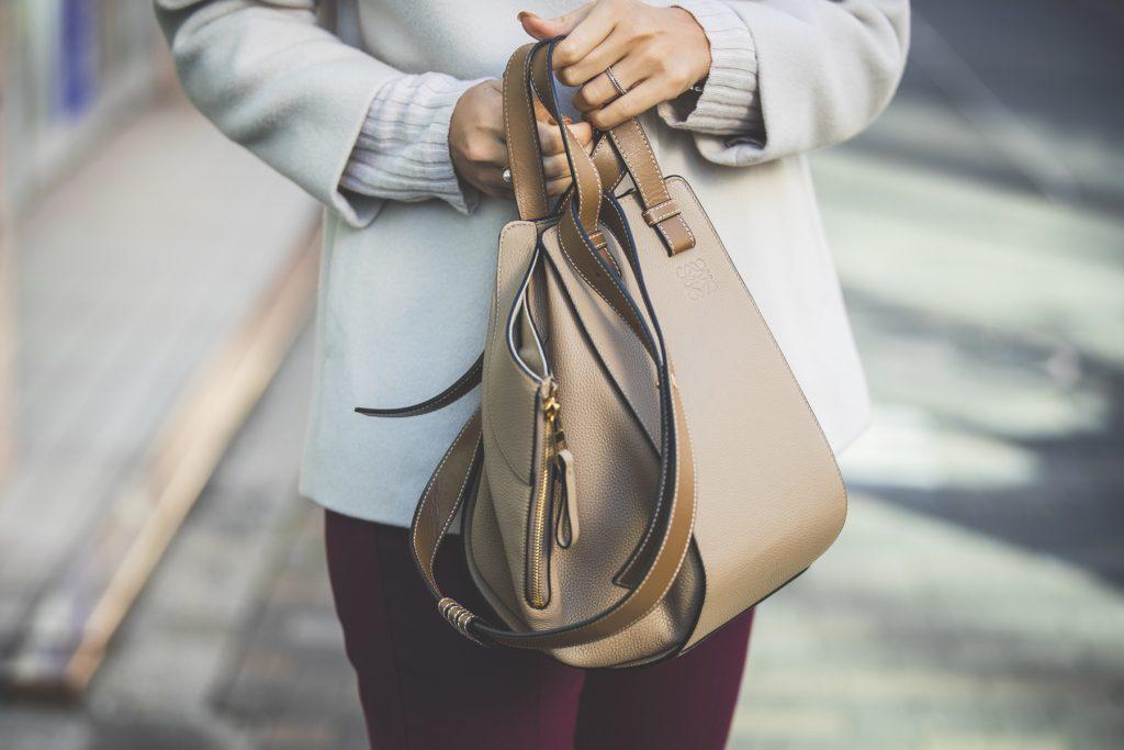 オシャレな大人に人気の「ロエベ」バッグの正解コーデ【①ハンモック】|CLASSY.リーダーズとスタッフSNAP