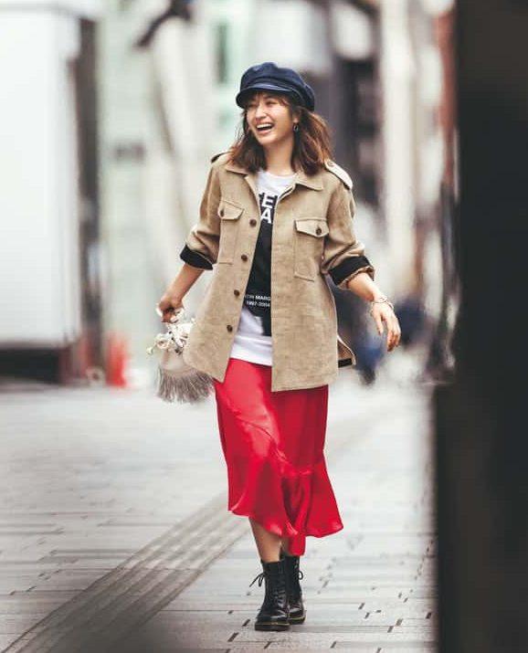 色も素材も華やかな赤のスカート
