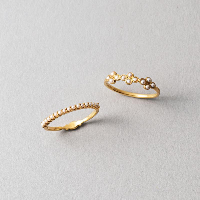 【右】リング〈YG×アコヤ真珠〉¥58,000 【左】リング〈YG×淡水パール〉¥56,000(すべてジェイパール)