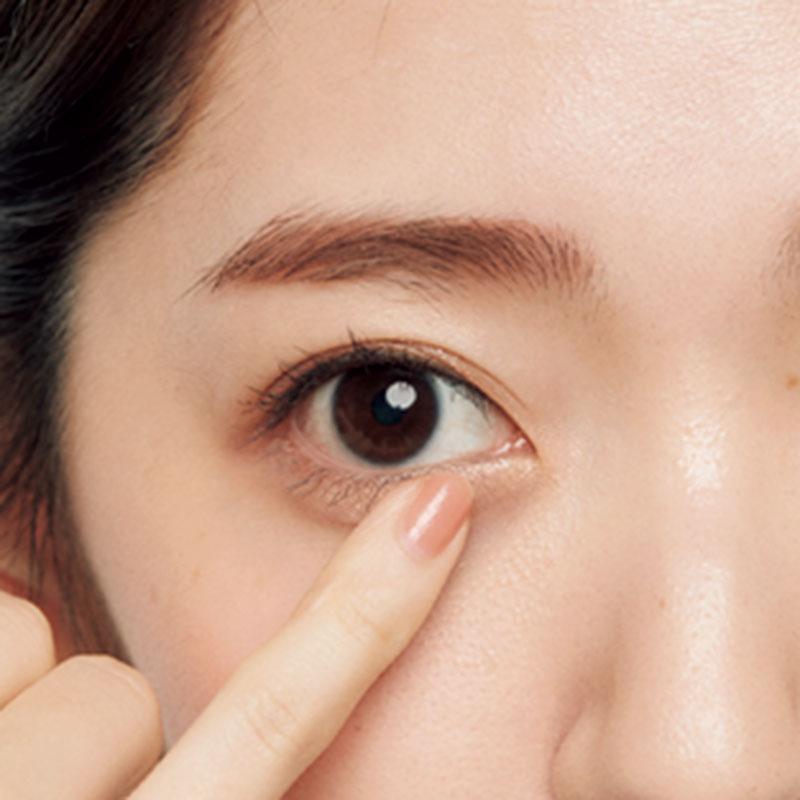 3.下まぶたの目頭から黒目の内側にもBのラメシャドウをのせます。大粒のラメがきらりとすることで女らしさが。