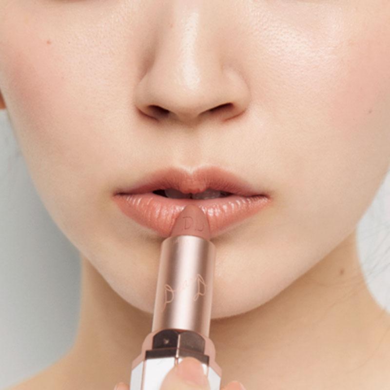 4.コンシーラーで唇の赤みと口角まわりのくすみを消したら、Cの赤みのあるマットなベージュを唇に直塗りします。
